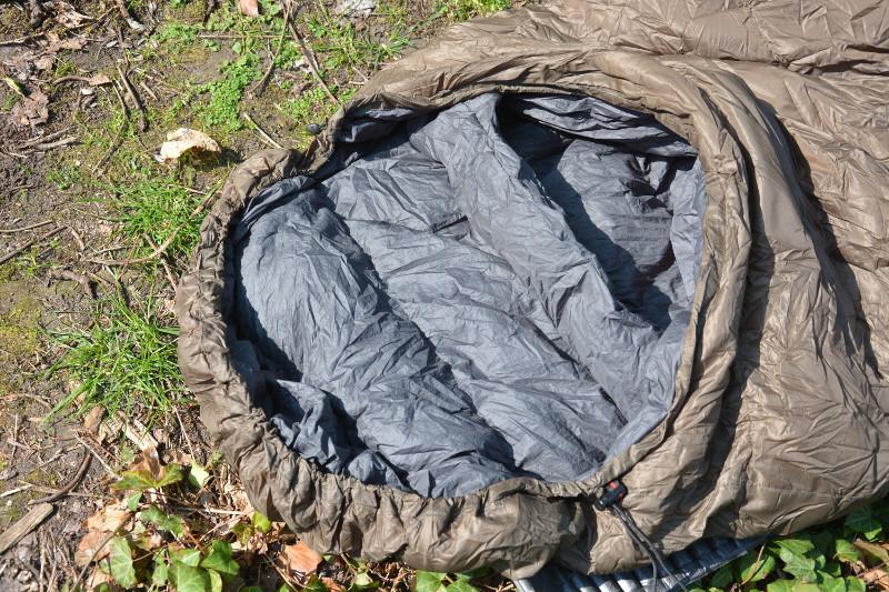 Gute Schlafsäcke haben einen  Wärmekragen