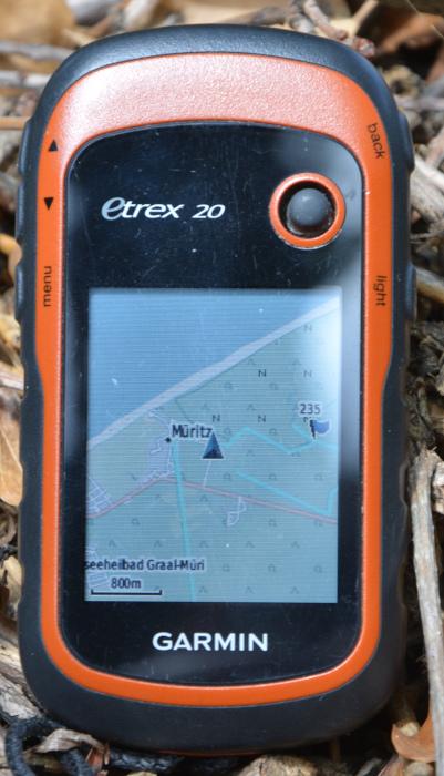 GPS-Handy mit Openstreetmap-Kartenausschnitt