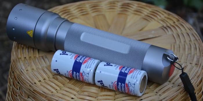 Batterie-Vergleich Gehäuse der LED Stab Lampe mit zwei R14 Akkus