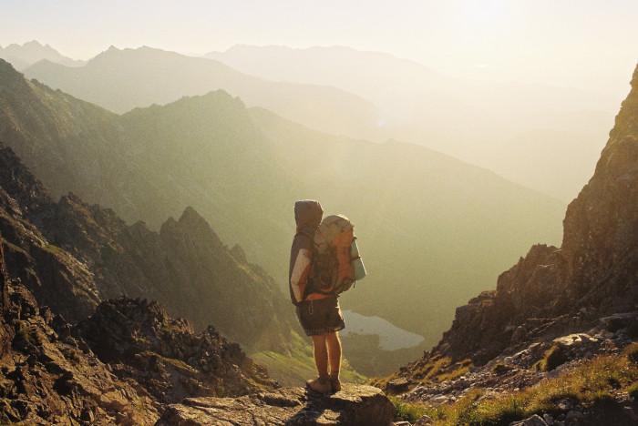 Mit Wanderrucksack in den Bergen unterwegs