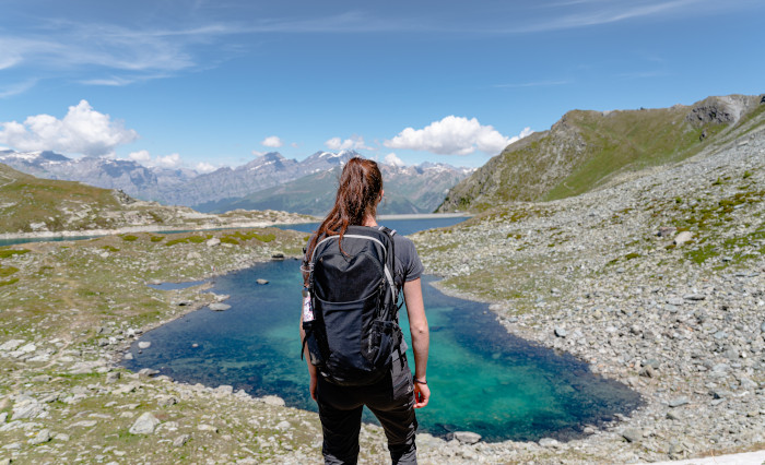 Mit daypack im Gebirge wandern - unsplash Postpic