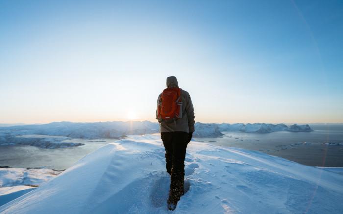 Winterjacke s.migaj_auf Winterwanderung im Schnee